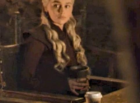 Daenerys pije Starbucks